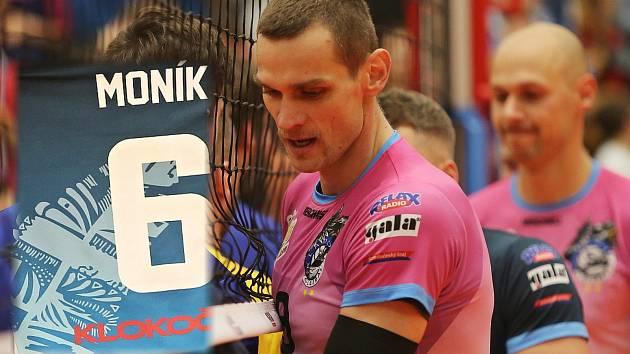 Design dresů vymyslel kapitán Tomáš Hýský. Dres Moníka navíc obsahuje specialitu, kopii jeho tetování, parafrázi pírka s volejbalovým míčem. To bude hodně ceněný úlovek!