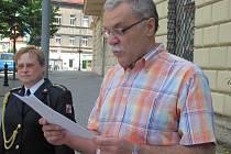 Účastníky pietního shromáždění seznámil se životem a smrtí bývalého kladenského starosty Pavla člen občanského sdružení Halda Zdeněk Pospíšil.