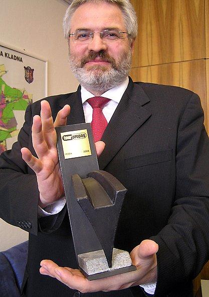 Nová cena v rukách primátora Dana Jiránka přibude k dalším oceněním, které Kladno získalo za soubor Industriální cesty českým středozápadem.