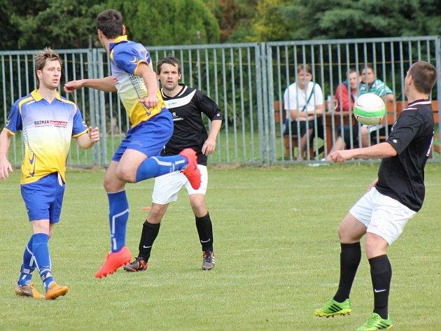 Unhošťský Roman Neuberger (vlevo) dal Hýskovu tři góly, jeho tým se po výhře 5:0 zachránil v I. B třídě.
