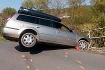 Osobní auto s opilým řidičem skončilo v neděli zábradlí silničního mostku ve Svinařově.