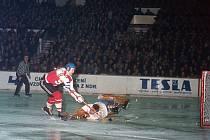 V publiku hlava na hlavě, hraje se legendární hokejové derby Sparta - Kladno.