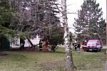 Vítr lámal a vyvracel stromy. Jeden spadl na školu v Tuchlovicích.