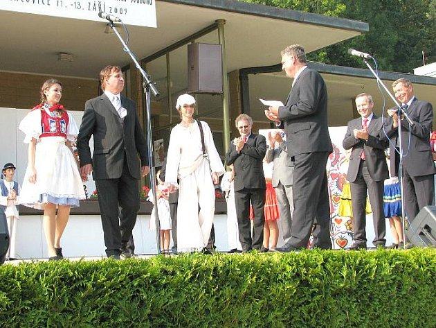 Starosta Lán Karel Sklenička si při udílení cen za republikové kolo Vesnice roku 2009 došel pro druhé místo