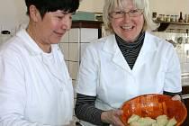 UČITELKA HANA HORTOVÁ (vpravo) se snaží o návrat české kuchyně do domácností. Chlupaté knedlíky a další opomíjené pokrmy učí budoucí slánské kuchaře společně s kolegyní Annou Herounovou a dalšími členy pedagogického sboru tamní Integrované střední školy.