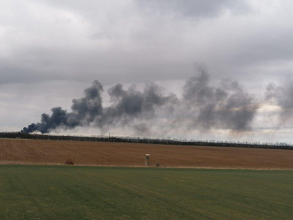 Kladno zahalil v pátek odpoledne velmi hustý černý dým. Hořet začalo šrotiště v Kladně.