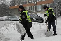 S úklidem sněhu v Kladně pomáhají i strážníci městské policie.