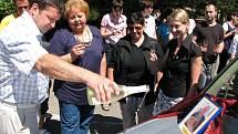 Klienti Centra služeb Slunce všem v Unhošti dostali do kavárny nový nábytek a také vůz.