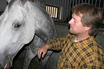 Chovatel koní Josef král je přesvědčen, že má koně v pořádku.  Je rozhodnut podat trestní oznámení pro pomluvu.