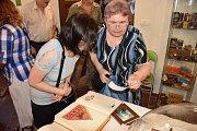 V prostorách Dobešky můžete ve Slaném navštívit do středy 26. června výstava ke 100. výročí vzniku továrny Palaba.