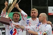 Miroslav Zadák (vlevo) v dresu kladenských veteránů s Romanem Buškem a Davidem Tyburcem.