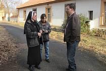 NÁMĚSTEK HEJTMANA, Marcel Hrabě (vpravo), hovořil při prohlídce Budenic o problému také s řádovými sestrami.
