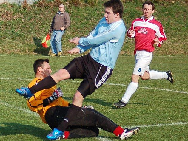 Fotbalisté Hostouně vyhráli v Knovízi 2:1.