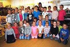 Žáci 1. A ze 7. ZŠ Kladno s třídní učitelkou Lucií Prokopovou.
