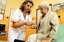 Zdravotnický personál je kvůli skladbě klientely stále důležitější součástí domovů pro seniory.