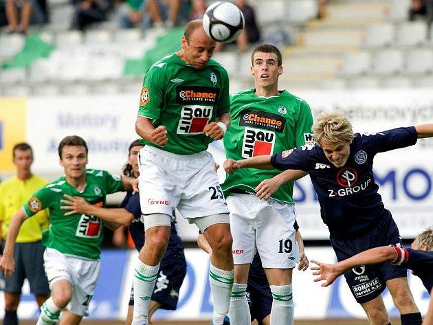 Pavel Drsek střílí gól, ale v dresu Jablonce. Jeho spoluhráč v zeleném Milan Vukovič (vpravo) se naopak přestěhoval do bývalého Drskova týmu.