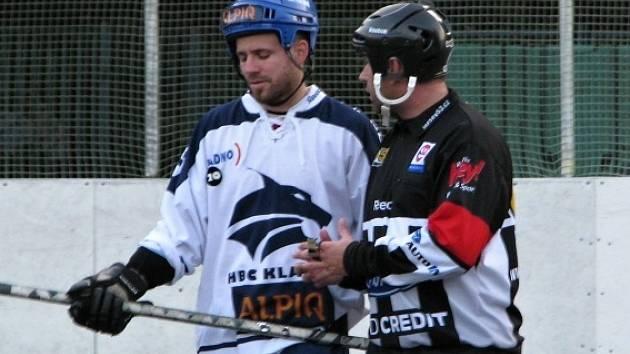 Alpiq podlehl doma KERT Parku 2:3. Michal Dědič marně u sudího rozporuje gól Krtičky na 2:2.