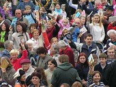 Přes šest stovek Slaňáků se sešlo na Masarykově náměstí, aby překonalo český rekord.