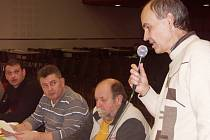 OBČAN TURNOVA František Stříž (vpravo s mikrofonem) se na schůzi turnovského zastupitelstva oprávněně rozzlobil. Kvůli chybám úředníků měl sedm let špatnou adresu bydliště, a proto nemohl jít ani k volbám.