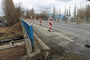 Most v Kročehlavech musí bourat po částech.