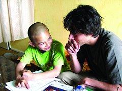 NDIVIDUÁLNÍM DOUČOVÁNÍM v rodinách pomáhají dobrovolníci zvládnout dětem učivo a dávají jim tak šanci na lepší vzdělání.