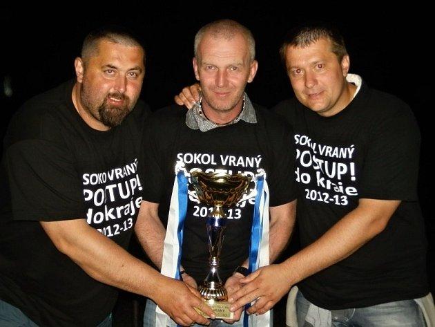 Jiří Pazdera (uprostřed) se svými bezva asistenty - vlevo Václavem Dandou a vpravo Karlem Pražákem. To bylo po loňském postupu, teď končil Pražák sezonu v brankářském tričku.