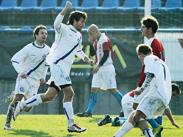 Martin Vodička v 58. min. vstřelil 2. branku Kladna a vypadalo to na senzaci. // SK Kladno -  Kunice  2:2 (1:0) , utkání 14.k. CFL. ligy 2011/12, hráno 12:11.2011
