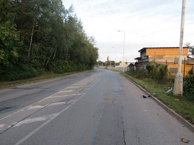 Místo činu, kde zůstal chodec po nárazu autem ležet. Policie žádá svědky události o spolupráci.