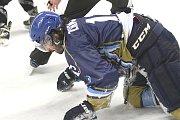 Kladno (v modrém) srolovalo před novým rokem Kadaň na jejím ledě 7:1. Zikmunda zápas bolel