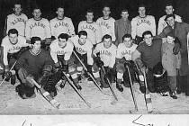 Šedesáté narozeniny dnes slaví první mistrovský titul hokejového Kladna z roku 1959. Tady je mužstvo, které ho slavně dobylo.