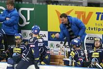 Jiří Čelanský (vpravo v bundě) se proti svému bývalému klubu Slavii snažil mužstvo vybudit, ale moc se to nedařilo. Tady jeho rady poslouchá Jiří Kuchler.