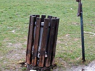 Čtyři odpadkové koše slouží na kladenském sídlišti nedaleko Kauflandu u dětského hřiště Opavia obyvatelům několika panelových domů i pěším turistům.