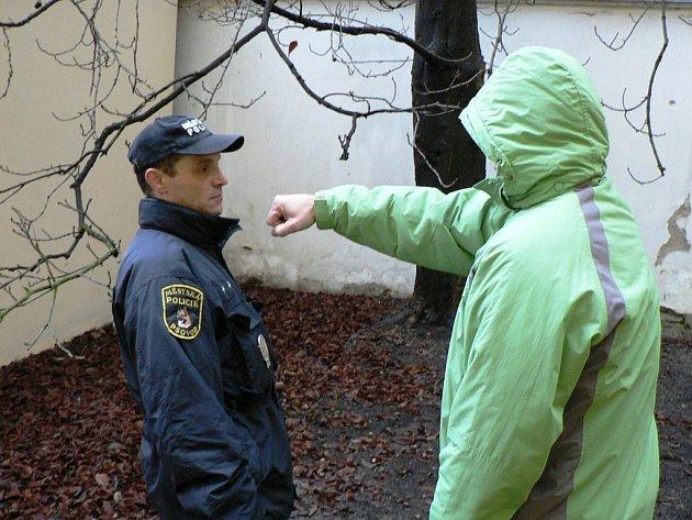 Po výtečníkovi z parku na náměstí 17. listopadu v Kladně chtěli strážníci pouze předložit doklad totožnosti, on se je za to ale pokusil častovat ranami pěstí. Nakonec stejně skončil v poutech.