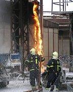 Kvůli neopatrnosti dělníků vzplálo ve středu odpoledne potrubí v kladenské huti Koněv