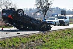 Opilý řidič narazil do stromu a převrátil auto na střechu nedaleko Klobuk