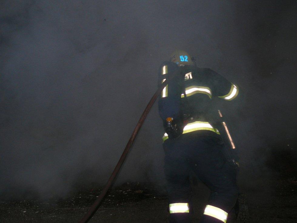 Hasiči likvidovali další z řady požárů, při kterých hořel vrak automobilu.