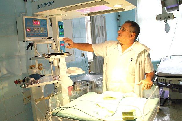 Primář dětského oddělení Nemocnice Slaný Oldřich Doubravský. Na tomto pracovišti bylo po transportu do porodnice zajištěno podchlazené novorozeně
