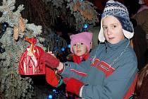 Na rozsvěcování vánočních stromečků se těší hlavně ti nejmenší.