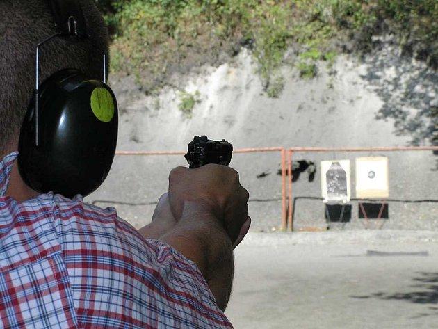 Na střelnici poblíž vinařické věznice se asi jednou do měsíce pořádají zkoušky na získání zbrojního průkazu. Střelci při nich skládají testy, musí prokázat, že umí zbraň rozložit a složit a pod dohledem instruktorů střílí na terče.