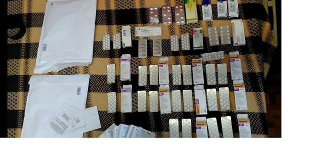 Léky nalezené při prohlídce udopadené lékárnice.