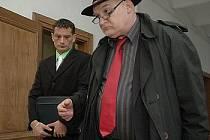 POKUS O VRAŽDU, z něhož je obžalován, Martin Remsa (vlevo, na snímku s advokátem Milanem Hulíkem) rozhodně odmítá.