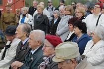 Váleční veteráni a další vzácní hosté při zahájení prohlídky Legiovlaku na kladenském hlavním nádraží
