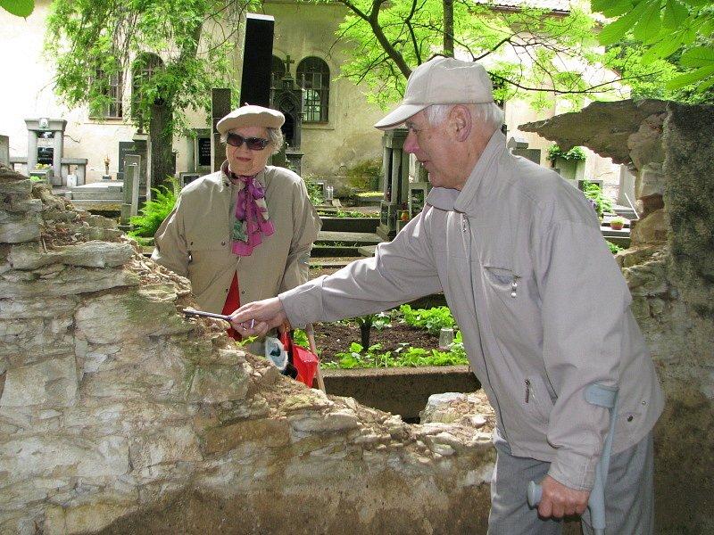 Díra ve hřbitovní zdi u svatého Jana v Kladně je zřejmě neřešitelný problém. Město ani církev již roky nenachází společnou řeč.