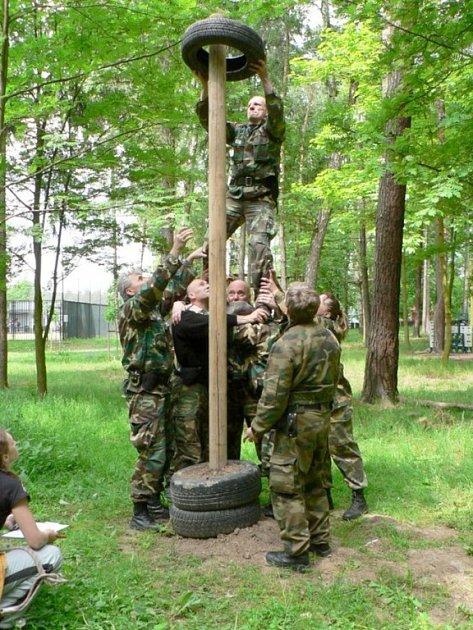 Strážníci Městské policie Kladno ve středu absolvovali výcvik v lanovém parku v areálu městského stadionu Sletiště v Kladně.