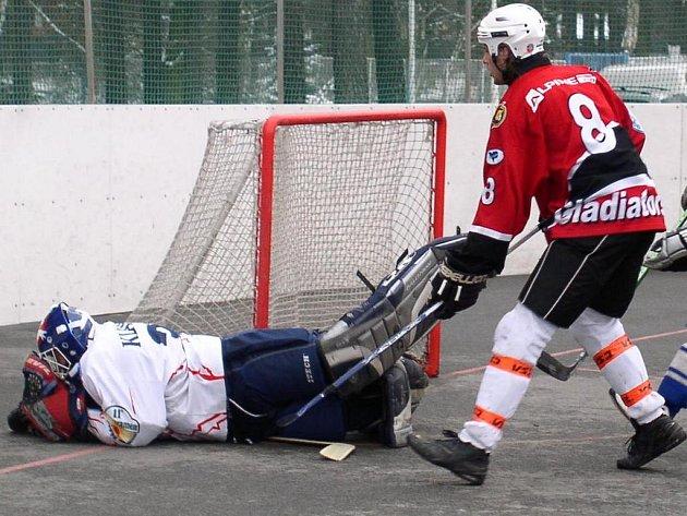 Brankář Jaroslav procházka dál válí. Teprve Sudoměřičtí střelci ho po třech zápasech překonali a hned třikrát, ale gólman KEBu poté vychytal nájezdy.