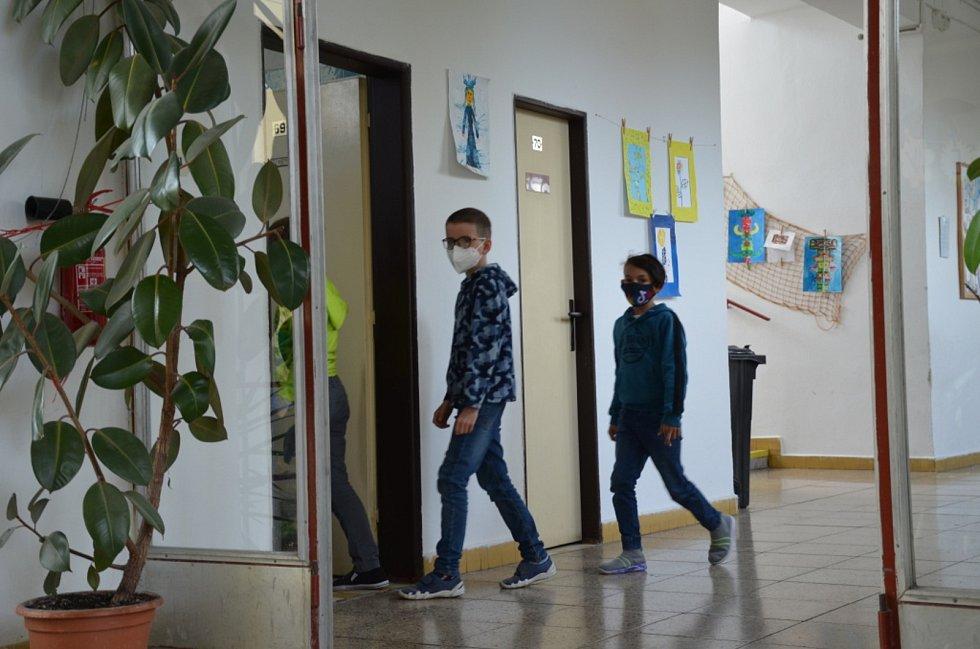 Velvarští žáci se radují z návratu do školy, někteří se budou učit i v létě.