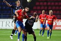 Plzeň - Kladno 1:0, Patrik Gross (vlevo) nahradil zraněného Beneše. Tady pacifikuje s pomocí Pavla Bartoše kanonýra Střihavku.