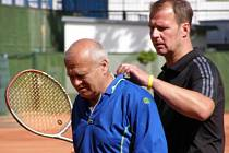 Tenisový Kaprega Cup osobností, Čužák Rys (vlevo) vyhrál s kolegou Miroslavem Novákem finále útěchy.