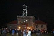 Těžní věž dolu Michael září do okolí.