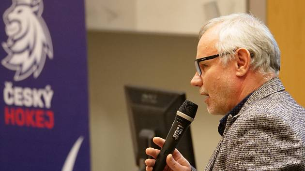 Zdeněk Vojta, metodik rozvoje Českého svazu ledního hokeje, na prosincovém semináři v Kladně.